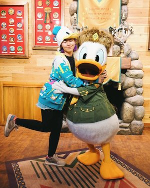 Ngantri panjang demi foto sama Donald Duck 😅 He was so happy seeing me with all those Donald Duck stuff. He kept pointing at himself 😂😂 Yaoloh bocah banget w 🦆🦆 . . . #clozetteid #donaldduck #tokyodisneyland #BigDreamerInJapan #travelblogger #disneylover #disneyland #traveler #japantravel #disneyfan #여행 #디스니 #일본여행 #여행스타그램 #旅行