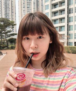 Literally no makeup makeup look (?) Semager itu walaupun cuma buat pake eyeliner ((padahal rambutnya sempet dibikin wavy)) 😜 Smoothie provided by mom wkwk...#clozetteid #fashionbloggers #ootdbloggers #asiangirls #wavyhair #hairstyle #wavyhairstyle #mermaidhair #styleinspo #beautyinspo #nomakeup #nomakeupmakeup #bloggerperempuan #indonesianfemaleblogger #tampilcantik #뷰티 #모리 #뷰티스타그램 #패션 #패션그램 #ファッション