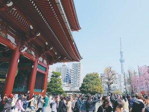 Sensoji Temple and Tokyo Sky Tree; 2 must-visit spot when you're in Asakusa, Tokyo 😍 But brace yourself, Sensoji is superrrr crowded 😱 . . . #clozetteid #japan #tokyo #asakusa #sensoji #tokyoskytree #japantravel #theglobewanderer #exploretheglobe #exploretokyo #travelblog #travelbloggers #lifestyleblogger #abmtravelbug #ggrep #japanloverme #東京 #旅行 #여행 #일본여행 #도쿄여행 #여행스타그램