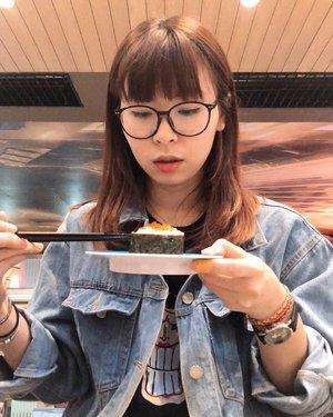 Ngidam sushi sejak minggu2 lalu trus ditahan2 karna lagi gamau boros di makan (biasanya Genki Sushi) 😔 Trus kemaren pas lagi di GI baru inget ada sushi yang harganya 15ribu semua, auto makan sushiiii 🤤😋🍣✨ #japobseats...#clozetteid #fashionblogger #lifestylebloggers #foodbloggers #bloggerperempuan #ootdbloggers #sushi #sushitime #sushigo #sushilover #mukbang #indonesianfemalebloggers