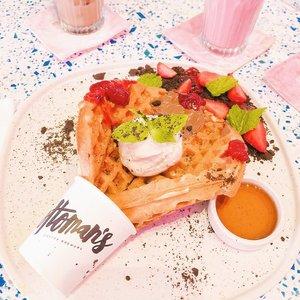 Oops... I dropped it! 👉🏻 Ini namanya, oke buat ramean but I know I won't finish it alone. Emang pada dasarnya nggak kuat manis aja sih, lebih demen makanan2 asin 😋🤤 Bisa dibilang ini rasanya balance antara yang muanis banget sama waffle + asemnya stroberi 👌🏻 Will definitely try their brunch menu next time 😏 . . . #clozetteid #ottomanscoffee #ggrep #foodblogger #lifestyleblogger #dessert #waffles #cutedessert #placetogojkt #jktfoodbang #jktfoodie #카페스타그램 #カフェ好き #카페 #음식 #음식스타그램 #cafeteller #cafehopping #jakartacafe #manualjakarta