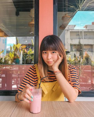 Which one looks better on me: colorful or monochrome outfits? 🤔🤔 Ini agak out of comfort zone sih, mix warna kuning sama orange 😂 . . . #clozetteid #fashionblogger #japobsOOTD #styleinspo #styleinspiration #outfitoftheday #wearjp #coordinate #cafeteller #cafehopping #pontianak #yuccacafe #cafeyucca #explorepontianak #lifestyleblogger #bloggerperempuan #indonesianfemalebloggers #가패 #가패스타그램 #カフェ #カフェカイラ