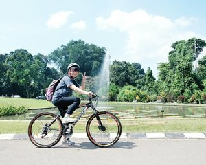 #throwback when I went to Bogor all by myself just to ride the bicycle in Kebun Raya Bogor 😂 Thanks to mas2 yang mau dimintain tolong fotoin 😆 I haven't edited the video yet 😭😭 . . . #clozetteid #travelbloggers #traveler #solotravel #kebunrayabogor #exploreindonesia #travelblog #ggrep #dingotravel #lifestyleblogger #fbloggers #bbloggers #explorebogor #ブロガー #旅行 #여행스타그램 #파워블로거
