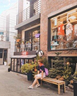 I wish I could explore Hongdae more 😍 There is this alley with lots of cafes and pretty front stores 😭😭 *poke @imayu912 mau lagiiiii . . . #clozetteid #hongdae #exploreseoul #ktoid #koreatravel #travelblogger #koreatrip #frontstore #여행 #여행스타그램 #홍대 #패션스타그램 #카페 #旅行 #ggrep #darlingdaily #postcardplaces #femmetravel #BigDreamerInKorea