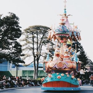 Thinking to change my editing style 🤔 This one somehow look like disposable camera result and I love it. Will share how I edit this photo on instastory! 😆😆 #BigDreamerInJapan . . . #clozetteid #travelblogger #disneylover #tokyodisneyland #japantravel #japanloverme #ggrep #editingtutorial