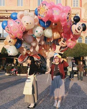She just won't let go! lol 😂 New post about @tokyodisneyresort_official on #bigdreamerblog 💖 10 tips you should know before visiting Tokyo DisneySea and Disneyland- based on my personal experience 🤗 Link in bio as usual~ . . . #clozetteid #BigDreamerInJapan #japanloverme #disneylover #tokyodisneysea #tokyodisneyland #japantravel #travel101 #traveltips #jntoid #explorejapan #theglobewanderer #여행 #여행스타그램 #일본여행 #旅行 #tokyodisneyresort