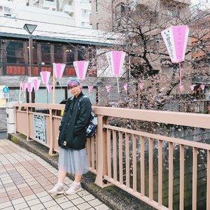 """Setelah hampir 2 tahun menjadikan mimpi sejak kecil jadi kenyataan— main ke Jepang, pas Sakura dan ulang tahun di sana pula, aku belom pernah cerita di sini tentang #SisiLainJepang: orang-orangnya 😆 Kalau soal indahnya pemandangan di sana, atau gimana Tokyo kota yang ngga pernah tidur, atau makanan enak dan hal-hal unik mungkin orang-orang udah pada tau. Tapi, kita harus alami sendiri untuk tau gimana sih orang lokal Jepang itu? Jujur, aku sangat amazed dengan keramahan dan niat mereka untuk membantu kita sebagai turis/ traveler 😭 Sampe-sampe aku tuh kesel dan nyesel banget karna nggak ngerti dan gabisa berkomunikasi dengan bahasa Jepang! . . 1. Yang pertama ketika sampe di Osaka, aku bingung banget sama jalur-jalur keretanya. Sebuta ituuu ga ngerti sama sekali, mana sendirian. Akhirnya nekat nanya ke orang-orang sampe akhirnya dibantuin sama ibu-ibu dan anaknya. Walaupun dia gabisa inggris, tetep ditunjukin sampe akhirnya ditemenin naik kereta sampe tujuanku 😭 speechless! . . 2. Ketiga foto ini difotoin sama orang Jepang berbaik hati yang nawarin tanpa aku minta. Mungkin mas-masnya liat aku rempong kali ya foto-foto sendiri, akhirnya difotoin lah sama dia 😂 Slide kedua difotoin sama ojiisan yang minta fotoin aku dari belakang buat jepretan dia, karna dia suka rambutku. Akhirnya aku minta tolong fotoin juga buat aku sendiri hehe 😆 Nah, yang ketiga awalnya ada nenek-nenek yang minta tolong fotoin dia. Trus dia juga nawarin fotoin aku, dan akhirnya diajak ngobrol pake bahasa Jepang yang aku sedih banget gabisa ngobrol dengan baik 😭😭 aku bisa sih ngomong aku suka banget sama Jepang, sakura cantik, dll 🤣 Jadi pengen belajar bahasa Jepang biar next time bisa berkomunikasi sama orang lokal sana 🙏🏻 Sumpah, ke Jepang tuh ga cukup sekali 😭😭 Jadi, #AyoKeJepang 😆 Semoga aku bisa ke sana lagi sesegera mungkin :"""") . . . #jntoid #visitjapan #BigDreamerInJapan #explorejapan #travelblogger #clozetteid #ilovejapan #japanloverme #japantravel #sakura #cherryblossom #여행 #일본여행 #여행스타그램 #"""