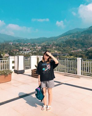 #japobsOOTD: staycation ⛰  I really wish I could go somewhere far this year 🥺 but maybe it's time to struggle and hustle first 🤣🤣 . . . #clozetteid #fashionbloggers #ootdbloggers #outfitinspiration #ootdinspo #ootdinspiration #ootdindokece #styleinspo #travelootd #bloggerperempuan #wearjp #패션스타그램 #오오티디 #오오티디룩 #스트릿패션 #패션 #今日�� #コーデ #ファッション #今日�コーデ