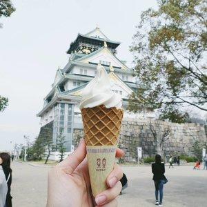I miss Hokkaido Milk soft serve that I had in Osaka 💔 Wondering how good it'll be if I eat it in Hokkaido 😛 . . . #clozetteid #ggrep #japanloverme #osaka #japan #travelblogger #japanesedessert #lifestyleblogger #japantravel #japantravelogue #japantrip #exploreosaka #osakacastle #wanderlust #travel #travelblog #japanlover #여행 #여행스타그램 #여행블로거 #파워블로거 #アイスクリーム #北海道ミルク #大坂 #旅行 #ブロガー