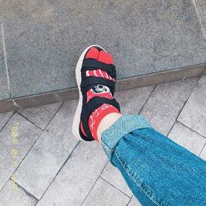 Bosen ga liat mukaku? Nih ku kasih liat kaos kaki lucu Daruma yg aku beli di Jepang 🎏 Kalo ke tempat wisata tuh banyak yang jual omiyage/ souvenirs gitu kan, nah kaos kaki macem gini tuh buanyaaakkk pada lucu2 banget 😭😭 setembok(?) gitu kaos kaki pengen beli semua rasanya hahaha #bigdreamerinjapan . . . #clozetteid #ilovejapan #japanloverme #japanomiyage #daruma #socksandsandals #socksgirl #travelbloggers #lifestylebloggers #japantravel #solotravel #ootdbloggers #fashionbloggers #패션 #오오티디
