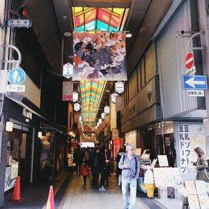 One of the must-visit place in Kyoto: Nishiki Market. You can find fresh seafood, omiyage, even fashion items here 💕 . . . #clozetteid #japanloverme #BigDreamerInJapan #kyoto #japantravel #explorekyoto #nishikimarket #ggrep #travelblogger #travelblog #wanderlust #여행 #여행스타그램 #일본여행 #旅行 #京都