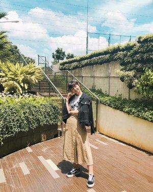 Anyone miss my #japobsOOTD post? 🤣 Jujur, akhir-akhir ini semales itu, sama sekali ga foto outfit, ga bikin konten, bawaannya magerrr banget 🤦🏻♀️ Bahkan pas ngambil foto ini pun aku berasa kaku, ga nyaman, pokoknya awkward abis 😭😭 Keliatan ga sih? Kalo ga ya udah, berarti jago juga aku 😂😂😂 . . . #clozetteid #fashionblogger #styleinspo #styleinspiration #ootdindo #lookbookindonesia #ootdindokece #uniqloindonesia #vansgirl #outfitoftheday #wearjp #streetstyle #패션 #오오티디 #스트릿패션 #패션스타그램 #패션룩 #스타일 #今日の服 #今日のコーデ #ファッション #コーデ #ファッションコーデ