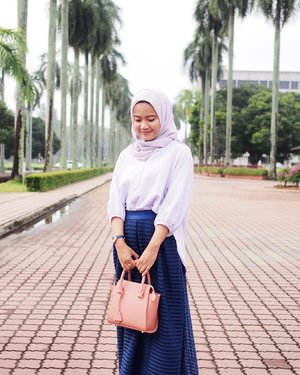 my smile when i know tomorrow is a public holiday. i will update hijabtutorial by tomorrow inshaallah. Tips: this hijab look works best with oversize clothes. For tutorial kindly check my profile. xoxo #adayincasualchic #clozetteid . . . . . . #hijabfashion #modestfashion #modestymovement #modesty #maxiskirt #ootdfashion #ootdblogger #hijabootd #ltkit #ootdhijab #chiffonscarf #bloggerstyle #indonesiangirl #beautybloggerindonesia #chichijab #bloggerindonesia #hijablook #hijabinspiration #whowhatwearing #simplycovered #fashionhijabis