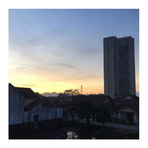 Rise and shine.Terlalu sayang untuk tidak di post..Bandung, 5 Desember 2017.Taken from our  Balcony.....#sunrise #clozetteid #apartment #sky #iphonegraphy #nofilter #nofilterneeded #panoramic