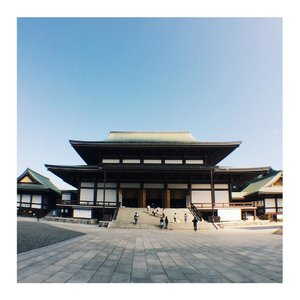 Found this gem. . . Location: Naritasan Shinshoji Temple. One of the most famous Buddhist temples in Japan. This place is so clean, the weather is nice. We can breath with the fresh air and enjoy the ambiance as much as we want, freely! How to get there: Take a train from Narita Airport. 10 mins from NRT by train then 15 mins by walk from the station.  #japantrip #sinsoji #buddha #buddhism #temple #japan #naritasan #narita #maryamtraveljournal #vsco #throwback #clozetteid #asia #visitasia #visitjapan #travelblogger #japanhack #japanexplorer