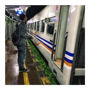 "Coba tebak kereta miring miring ini kereta apa dan rutenya mana?  Iyes, ini KA Pangrango rute Bogor - Sukabumi. Itu literally emang keretanya lagi miring miting gemes karena rel kereta yang ada distasiunnya pas di belokan jadi may gak mau si keretanya agak ""dengdek"". Well, Cerita pengalaman pertama naek kereta Bogor - Sukabumi (NORAK LU MAR!) and how to get there is up on my blog! . . . . . #KAPangrango #Bogor #Sukabumi #Paledang #JawaBarat #visitbogor #hujan #train #travel #budget #murah #humanactivity #PTKAIPersero #travelblog #travelblogger #iphonegraphy #blog #maryamtraveljournal #clozetteid"