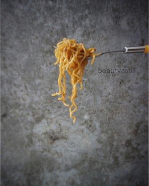 Mie instant. Makanan murah meriah yang mudah dimasak, tapi ga bisa dimakan sering sering. Wait.. Kenapa harus ga bisa ya? Kenapa ga boleh sekalian aja 😏 . . BTW apa makanan yang lagi kamu hindari sekarang? . . #food #yummy #delicious #breakfast #photo #photography #clozetteid #mieinstant #noodle #noodles #mie #mieayam