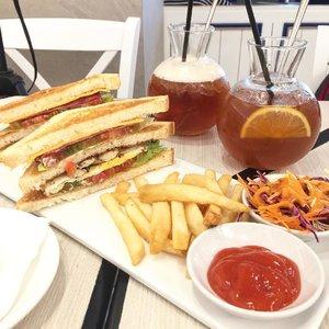 Afternoon tea before early dinner 💁🏻🍹🍽 . . Yang ikutan giveaway ku hari ini deadline nya ya jam 12:00 AM. Good luck!! 👌🏻 .  #clozetteid #brunch #dinner #afternoontea #sandwich #frenchfries #salad #tea #lemon #lychee #flaylay #foodporn #foodgasm #instafood #drink #instadaily #instagood #instagram #yummy #nomnom #eat #iphone6plus #owlcafe #gandariacity
