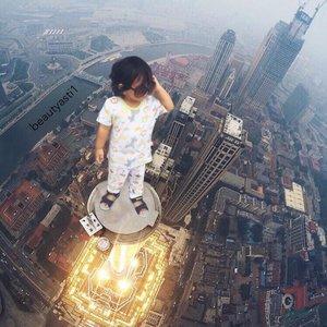 Gw juga ga paham kenapa Baby Lim ada di atas gedung pencakar langit 😂 Re-create tutorial nya @dwartworks @dimaswardana_ Udah kayak beneran belom nih? @msrenc ...#clozetteid #dwartworks #baby #cutebaby #babyboy #velvetjunior #skyscraper #photography #iphone
