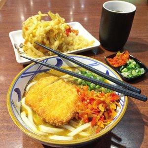🍜 Gak pernah suka sama yang namanya udon, tapi entah kenapa setiap ke Marugame Udon selalu penasaran nyobain udon nya dan pas nyobain ternyata rasa udon nya enak.. Porsi nya besar dan bikin begah.. Kalau ke Marugame Udon ga pernah habis #porsibesar 😹 . . 🍜 Btw ini seriusan enak loh.. Nasi curry nya juga enak #myfave .. Kalau gorengan nya yang paling juara menurut ku yang ada di foto ini yang bentuknya bulat besar (lupa yess namanya) sayuran gitu, tapi endeess. Rawit nya itu loh 🌶🌶🌶 . . #clozetteid #marugameudon #udon #flatlay #foodporn #foodgasm #gandariacity #japanesefood