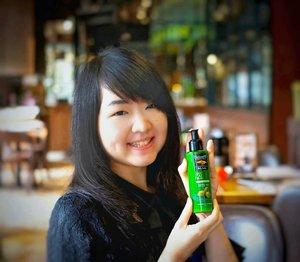 Sering berada di ruangan ber-AC membuat kulit rentan kering dan kusam.. . . Herborist Body Lotion Zaitunadalah pelembab kulit dengan beberapa kandungan bermanfaat, yaitu: Minyak Zaitun, Vitamin E, Whitening Extract, dan UV Filter sebagai antioksidan untuk membantu melembabkan, menutrisi kulit, dan menghaluskan kulit.. . . Penasaran dengan review lengkapnya? It's updated on #MeisUniqueBlog Link: http://www.uniqueblogofmei.com/2018/12/herborist-body-lotion.html . . . . . #Herborist #IndonesianBlogger  #HerboristBodyLotionZaitun #OliveOil #beautyblogger #beautynesia #beauty #BloggerJkt #ibb