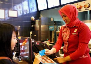 Selain suasana tempatnya asyik buat makan sambil ngobrol, service di @lotteriaindonesia juga oke banget.. .Curcol dikit, waktu order makanan di Lotteria, Mei sempat bingung kaan mau order menu yang mana.. 😅.Jadi, Mei minta rekomendasi menu bestseller dan paket promo paling mupeng disini ke mbak Siti.. .Mbak Siti kasi info beberapa menu recommended disini, bikin Mei langsung tertarik buat coba'in paket combo lengkapnya deh...Selain itu, transaksi disini juga praktis banget untuk member @lpoint_id .. .Kalian tinggal bayar pakai poin dari @lpoint_id, dapat diskon 10%, plus dapat cashback poin.. 😄.Psst, poin tersebut bisa dipakai untuk belanja, shopping, dan kulineran lagi di Lotteria, @AngelinUscoffee_id, @lottemartindo, dan berbagai merchants lainnya di @lotte_avenue.. 😁.Cuss join member, lalu download apps nya untuk kepo'in berbagai info promo menarik..😍.Fyi, nggak ada syarat macem macem dan free regis untuk join member L.Point lho.. 💕......#lotteriaindonesia #jktfoodbang #culinary #jktculinary #instalikes #foodstagram #l4l #foodpics #instagood #clozetteID #vscocam #foodporn #kulinerjkt #makanmakan #nomnom