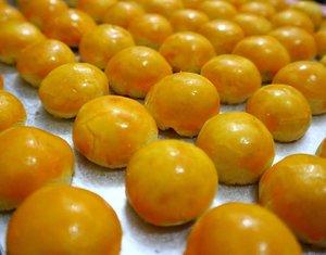 NASTAR, berasal dari bahasa Belanda 'ananas' dan 'taart' yg artinya (pineapple cake) a.k.a tar nanas yang sangat populer dan selalu menjadi salah satu makanan khas Imlek..♥️ . . Nastar diibaratkan bola2 emas yang membawa keberuntungan di tahun selanjutnya.. Rasa nanas pada kue ini memberikan arti simbol kemakmuran..💕 Warna emas, manis dan kelembutan isi nanas melambangkan rezeki yang manis.. Apalagi kalo isi nanasnya banyak, artinya lebih berlimpah limpah.. 😊👌 . . Source: Mbah Google 📸 @Meiliyana_11 . . . . . #filosofinastar #homemade #nastar #pineappletart #cookiestagram #imlek2019  #foodgasm #clozetteID #foodphotography