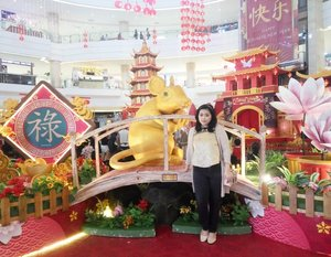Having fun in the festive decorations of the year 🐭•••••#latepost #yearofrat #cny2020 #cny #ratyear #lunarnewyear #lunarnewyear2020 #alamsutera #mallatalamsutera #lunarnewyeartheme #lunarnewyeardecor #potd #newyearcelebration #indonesian_blogger #clozetteid #inspiration #instalike #instagood #fashion #blogger #fashionblogger #fblogger #fashiondiary #instafashion #beauty #beautyblogger #bblogger #indonesianblogger #instabeauty #aiachantraveljournal