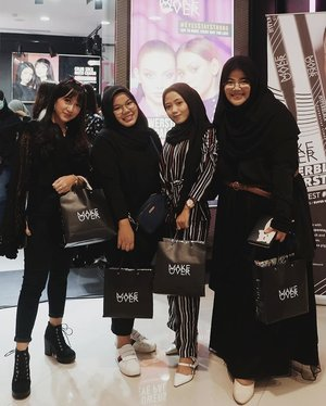 Feeling like a gigantic friend among these cute ladies 😂