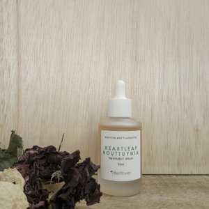 #Bellflower Heartleaf Houttuynia Treatment Serum 50ml  Contains Houttuynia cordata extract (44,000ppm) with Centella asiatica extract, Rosmarinus officinalis (Rosemary) leaf oil.  Calming effect for sensitive skin by Houttuynia cordata extract. Moisturized and Healthy skin by Centella asiatica extract, Rosmarinus officinalis (Rosemary) leaf oil.  Has a light texture and not heavy. Doesn't contain fragrance, there is only natural fragrance from the ingredients of the serum. Has a fresh scent. Has a light brown color. When applied like applying face oil because it is oily (slide 3), but it is not sticky and quickly absorbs too.  I use this product routinely for about 1 week, I really like it in terms of texture and fragrance, but unfortunately on my face not to relieve pimples but instead bring up some small pimples, so sad :( I will keep using it for the next 2 weeks and I will update it here. Hopefully the next 2 weeks I use this product is suitable and the results are better.  Have you tried serum from this brand?  #skincare #serum #skincarekorea #acneskincare #acnejourney #skincarejunkie #abcommunity #skincarecommunity #idskincarecommunity #beautiesquad #lianaekacom #clozetteid