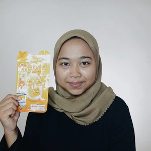 #elizavecca Vita Deep Power Ringer Mask PackIntensive Moisturizing + Moisture Brightening.Mengandung Vitamin E, berbagai ekstrak buah dan sayuran untuk memberikan pelembab dan nutrisi intensif pada kulit untuk membuatnya cerah dan bercahaya.Full Ingredients : Water, Glycerin, Dipropylene Glycol, PEG-60 Hydrogenated Castor Oil, Tocopheryl Acetate (3,000 ppm), Dimethicone, Phenoxyethanol, Chlorphenesin, Carbomer, Sodium Hyaluronate, Vincetoxicum Atratum Extract, Portulaca Oleracea Extract, Hamamelis Virginiana (Witch Hazel) Extract, Vitis Vinifera (Grape) Fruit Extract, Pyrus Malus (Apple) Fruit Extract, Prunus Persica (Peach) Fruit Extract, Punica Granatum Fruit Extract, Fragaria Chiloensis (Strawberry) Fruit Extract, Prunus Salicina Fruit Extract, Citruius Lanatus (Watermelon) Fruit Extract, Camellia Sinensis Leaf Extract Oryza Sativa (Rice) Germ Extract, Aloe Barbadensis Leaf Juice, Daucus Carota Sativa (Carrot) Root Extract, Solanum Lycopersicum (Tomato) Fruit Extract, Arginine, Hydroxyethylcellulose, Disodium EDTA, Fragrance.Texture & Scent : Sama seperti sheetmask elizavecca yang lain, tekstur lembarannya tipis dan lebar. Wanginya segar seperti wangi citrus, tidak menyengat meskipun mengandun fragrance. Essencenya sendiri cair sekali, pas aku pakai dia netes-netes sampe kerudungku basah.Setelah memakai sheetmask ini, wajahku terasa lembab dan lebih cerah. Bahkan pagi ketika bangun tidur wajahku masih cerah dan glowing.Musik: That DayPemusik: Jef#elizavecca #sheetmask #kbeauty #beautiesquad #lianaekacom #idskincarecommunity #skincarecommunity #skincare #koreanskincare #skincarekorea #skincarelover #skincarejunkie #indonesiabeautyblogger #beautybloggerindo #clozetteid
