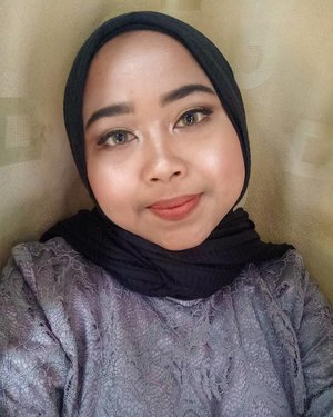 Sesekali selfie gpp ya 😆Ini adalah make up wisuda aku kemarin, make up sendiri karena pengen sambil lihat skill make up aku gimana. Make up engga pakai primer ataupun setting spray dari jam 6.00 sampai jam 13.00 🙌Products :🌞 @pac_mt All Day Coverage Liquid Foundation shade C03 & @mustikaratuind Beauty Queen High Coverage Foundation shade Caramel🌞 @altheakorea Flawless Creamy Concealer shade Honey🌞 @fanbocosmetics Acne Solution Loose Powder shade 02 Translucent🌞 @fanbocosmetics Precious White Eyebrow Pencil shade Natural Grey🌞 @sariayu_mt Color Trend Inspirasi Jakarta Eyeshadow Kit J-01 & J-02🌞 @qlcosmetic Fashion Eyeliner🌞 @sulamitcosmetics Fake Eyelashes (lupa seri brp 😂)🌞 @eminacosmetics Cheeklit Pressed Blush shade Bitter Sweet🌞 @makeoverid Riche Glow Face Highlighter🌞 @poppydharsonocosmetics Lip Cream shade Earth#makeupwisuda #lianaekacom #clozetteid #makeupideas #makeup #motd #beautiesquad #kbbv #hbbv