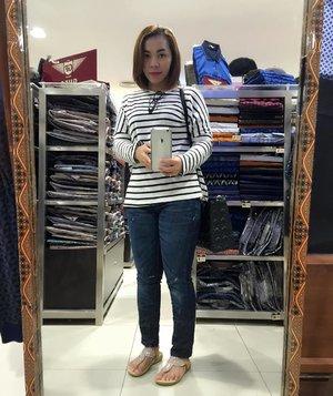 OOTD ala ala .... 🙈🙈🙈 #ootd #logojeans #mataharimall #clozettedaily #clozetteID #blackandwhite #wednesday #love #smile #fun #holiday #endofyear #indonesia #girl #happy #selfie
