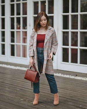 "Today's outfit from @yunaandco   📸 @samseite Kalian sering terinspirasi stylenya Fashion Blogger? Sekarang beli 1 set outfit yang OOTD-able ga perlu ribet kelilingan 1 mall cuma buat padu padanin 1 gaya. Percaya nggak, cuma IDR 599k aku dapet 1 set outfit yang isinya Baju, Celana, Outer, dan Sepatu, ditambah ga perlu repot pusing mikirin mix n matchnya gimana, karena ada personal stylist yg akan brainstorming dan langsung kasih 1 set outfit ready buat dikirim ke rumah. Aduh senenggg. Aku hemat IDR 500k lebih loh buat 1 set outfit ini. Bayangin kalau kita belanja sendirian. IDR 599k paling cuma dapet satu/dua item. Dan lagi harus pusing mikirin ""ini cocoknya sama apa"", ""itu bagus ga ya di mix sama ini"". Here's the deets ⤵ . @boohoo Petite Ribbed Tie Back Bodysuit @mkyclothingsg Plain Boyfriens Jeans in Navy @berrybenka Tindy Checkered Outer Brown @publicdesire Maxi Sock Fit Stretch Ankle Boots . Last but not least, aku mau kasih kode promo *YANITA* untuk dapetin diskon 20% untuk seluruh pembelian #YunaMatchBox . #ClozetteID #OOTD #OutfitOfTheDay #Fashion #FashionBlogger #OOTDIndo"