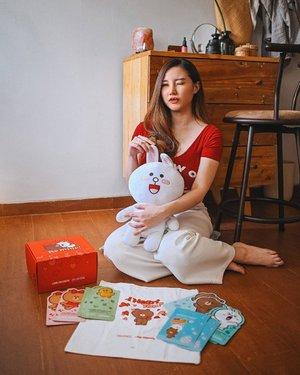 Siapa karakter LINE Friends favorit kalian? Mine is Cony (tapi di quiz dapetnya Sally The Hard Worker 😆🐥) soalnya dari dulu aku sering dapet julukan 'kelinci' karena gigiku mirip 🐰 Haha. Surprisingly @mediheal_idn sedang berkolaborasi dengan @linefriends yg pastinya special dan limited edition! Selain bisa beli satuan, tersedia juga dalam bentuk bundle : Be Mine Set dan Love You Set. . Be Mine Set seperti punyaku, isinya : - Special Gift Box Be Mine - Special Gift 2 Pcs Synergy Sheet - Special Gift Tote Bag - 8pcs Sheet Mask: 2 pcs N.M.F AQUARING AMPOULE MASK EX untuk Melembabkan Kulit. 2 pcs TEATREE CARE SOLUTION ESSENTIAL MASK EX untuk Menenangkan Kulit. 2 pcs COLLAGEN IMPACT ESSENTIAL MASK EX untuk Mengencangkan Kulit. 2 pcs W.H.P BRIGHT HYDRATING BLACK MASK EX untuk Mencerahkan Kulit dan Membersihkan Pori-Pori. . *Synergy Sheet hanya bisa kamu dapetin dengan membeli bundle Love You/Be Mine . Jangan lupa buat ikutan quiz giveaway dengan total hadiah 25juta rupiah! Untuk  selengkapnya bisa langsung cek IG Feed @mediheal_idn Stock sudah sangat menipis, don't miss it! #MedihealLINEFRIENDS . . . . . #clozetteid #makeup #skincare #koreanskincare #korean #beautyblog
