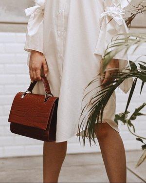 📸 @samseite . Current fav bag, yang ukurannya nggak bulky tapi muat banyak @befelvi Abis ini aku IG Story bongkar barang2 yang ada di dalam tas aku. Kira2 gimana caranya aku masukin barang banyakkk ke dalam sebuah tas yang nggak terlalu besar kayak gini. Penasaran? Tungguin IG Story-nya!!! . . . . . . #clozetteid #bag #whatsinmybag #fashion #ootdfashion