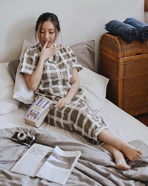 Pajamas all day in @justcoid Pj yg aku pakai ini ada shortnya, jadi 3 in 1 gt, guys! Super comfy jadi enak dibawa tidur atau leyeh-leyeh di kamar seharian 😆 Abis ini ai dikefred suami dong, remahan jagungnya berserakan di kasur 😂 . . . . . . #clozetteid #outfitinspo #outfitideas #pajamas #ootd