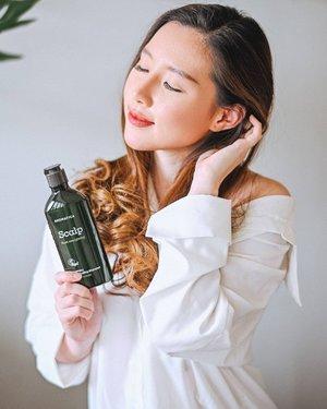 Aku kan nyapu kamar sendiri nih, jadi aku tau persis kalau rambutku rontok buanyakkk banget dibanding sebelum rambut aku sepanjang ini. Kayak yg udah aku ceritain di Instagram Story beberapa hari lalu, kalau aku lagi cobain AROMATICA Scalp Root Energizing Shampoo..Fyi Aromatica ini brand organic clean beauty dari Korea Selatan, tapi skrg udah resmi di Indo! Ga cuma shampoo, Aromatica juga punya rangkaian haircare dan skincare yang resmi bersertifikat Vegan, Ecocert, EWG & cruelty-free jadi aman untuk kulit karena terbuat dari bahan2 alami dan aromatherapy. Nah, untuk Rosemary Scalp Scalling Shampoo ini dapet award sebagai Best Shampoo di Olive Young Korea karena bebas dari SLS, SLES, Paraben, dan bahan kimia lainnya 💚 Diperkaya dengan Rosemary oil, Biotin, dan Panthenol yang membantu membersihkan sel kulit mati di kulit kepala, jadi ga cuma menyuburkan rambut aja, tapi juga memperkuat akar rambut. Review selengkapnya di Blog aku (Link on bio) Semua produk Aromatica ini sudah available di @Tokopedia @Shopee @Sociolla dan premium supermarket lainnya..#Aromatica #HealingWithAromatica #RosemaryScalpCare #clozetteID
