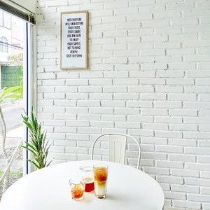 Bisakah punya sudut nyaman gini di rumah? *brb cek harga furnitur di Ikea online Indo 😂Yang suka gemes lihat sudut-sudut coffeeshop nan nyaman terus cek harga perabotannya kaya aku mana suaranya? 😂#coffeeshopvibes #coffeeshopcorners #ErnysJournalDaily #clozetteid
