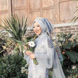 Yang kemarin pada nanyain blogpost tentang wedding kapan up di blog, nah tuh udah up! Kali ini aku bahas dulu soal wedding preparation anti stres walau tanpa WO ya. Milih topik ini dulu karena banyak yang DM dengan nada mempertanyakan, apakah menyiapkan wedding  tanpa WO nggak stressful? Nah, lengkapnya langsung klik bit.ly/ErnyDhimasRabiTanpaWO atau klik link di bio ya!#ErnysJournalDaily#Clozetteid#weddinginspiration#weddingideas