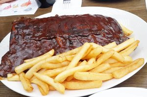 Lunch is served! Full slab of pork ribs and chips #poshplushtravel #australia #goldcoast #instatravel #travelling #traveller #jalanjalan  #bestoftheday #picoftheday #clozetteid #hurricanesgrill #foodporn #instafood #yummy
