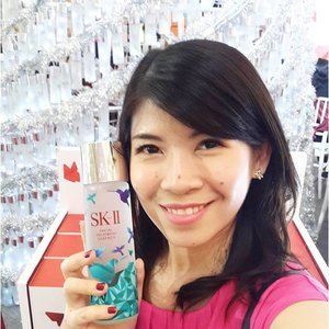 Even though I'm wearing fucshia today,I'm totally in love with this blue hummingbird bottle. SKII is famous with its signature red color, so I'm very excited when they released SK II Facial Treatment Essence Holiday Collection in blue color. Blue is my favorite color and this bottle is just too lovely 💙💙💙 Get them now before they run out!! Tomorrow is the last day for SKII event at Mal Kelapa Gading  #beauty #beautybloggerid #skiigifts #changedestiny #xmasgifts #clozetteid #fdbeauty #femaledaily #beautyevent