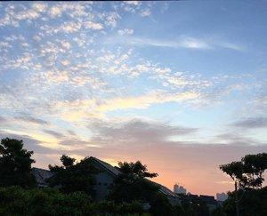 Good morning everybody!! Beautiful morning sky today 😍Have a fabulous week 😘#nomondayblues #positivevibes #grateful #goodmorning #goodlife  #clozetteid #pictureoftheday #bestoftheday