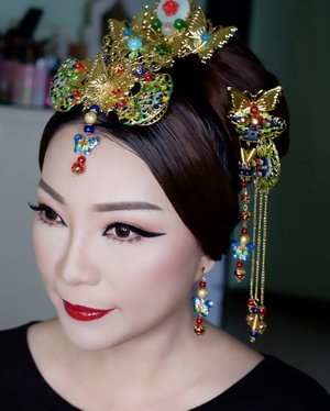 Makeup for ce @mei.bing (by request)  Makeup by @shelleymuc @shelleyssebastian HairDo by @uci.pertiwi Hair accessories by @jenju.acc Lashes @flaire.official Ringlight @cathiestuff.id  #makeup #beauty #shelleymuc #surabaya #makeupartist #mua #shelleymakeupcreation #beforeafter #clozetteID #makeover #muasurabaya #muaindonesia #hairdo #soft #softmakeup #beautifulgirl #softsmokey #glammakeup #glamourmakeup #makeupartistsurabaya #surabayamakeupartist #correctivemakeup #chinesenewyear #cny