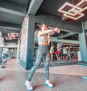 I workout because #cancersucks !Kata Ibu Manager @carolinmalie ga boleh pulang kalo belum bakar 1000kcal! Sungguh terlalu! 🤭#gymoutfit top @gymsharkwomen pants @lurvsportswear shuz @nikewomen @nike•••••••••#clozetteid #musclesandmascara  #fitnessmotivation #getfit #muaythaigirls #fitfam #girlsgonesporty #bbgmomsover30 #activeliving #fitmom #fitspiration #fitspo #fitnessjourney #iworkout #idontsweatisparkle #gymbunny #weightlossjourney #cancersurvivor #cancerjourney #bodypositivity #kankerpayudara #cancereducation