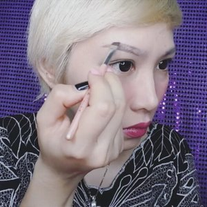 How I draw my eyebrow part. 1 using an eyebrow powder. I'm using @anastasiabeverlyhills Beauty Express For Brows And Eyes in Brunette. #poke @fonnykaylo 😆 • • • • • • • #clozetteid #clozette #fdbeauty #makeuptutorial #beautytips #makeuptips #eyebrowtutorial #tipsmakeup #eyebrows  #beautyblogger #bbloggers #beautyvlogger #indonesianbeautyblogger #indobeautygram #makeupaddict #makeupjunkie #makeupmania #makeuplover #makeupmadness #makeupporn #beautytutorial #tutorialmakeup #anastasiabeverlyhills