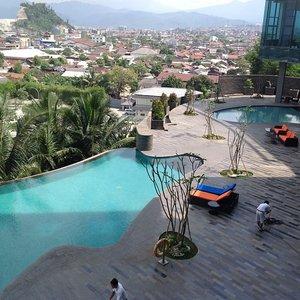 Novotel Lampung's infinity pool... Gosh i miss holidays.. #konaslampung #skii