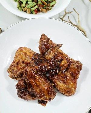 #ResepDekArum Ayam Bonchon kw tapi mevvah . Seharusnya saus ayam goreng korea itu bahannya pakai gochujang. Tapi berhubung saya nggak sering masak kekoreaan, jadi sayang aja beli gochujang cuma dipake dikit. Mending beli esedo. Buat yg kayak saya, pengen bonchon ala2 tapi nggak punya gochujang, bisa ikutin recipe ini. . Bahan dan persiapan: - 4 sayap ayam. Dimarinasi pakai lada & garem. Terus kasih tepung maizena sikit gitu dinet-net. Rus biarin di kulkas selamanya. - campurkan: 3 sdm tepung terigu, 1 sdm maizena, 1 sdt baking powder, garam, lada. - 3 siung bawang putih dicincang. - campurkan: 2 sdm saus tomat, 1 sdm saus sambel, 1 sdm saus tiram, 2 sdm madu (saya lebihin coz suka maniz), garam, lada, cabe bubuk (opsional) - lemon - minyak wijen - minyak goreng . Cara memasak: - masukin ayam ke wadah taperwer mahal, trus taburin campuran tepung, tutup taperwer mahalnya, lalu kocok kocok kocok sampai terbalut sempurnya. - panaskan minyak goreng yang buanyaaakk. Lalu setelah panas, kecilkan api, tenggelamkan ayam tepungnya. Goreng sampe mateng, sisihkan. - (kalau mau tepungnya agak tebal bisa diulangi masukin taperwer kasi adonan tepung kocok kocok kocok goreng, tapi saya tydac mau) - tumis bawang putih sampe harum, lalu masukan campuran saus dan aduk rata. - tambahkan air perasan lemon. - terakhir, kasih sedikit minyak wijen, aduk rata, lalu langsung matikan api. - masukan ayam ke dalam taperwer mahal anda yang laen, yg bersih. Kasih saus tadi secukupnya. Tutup lalu kocok kocok kocok. - ayam siap disajikan. . #clozetteid #DekArumMasak #enaena #koreanfood #foodporn