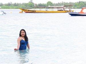 #DikArumPiknikDan sampai lima detik yg lalu ya masih ada aja yg nanya gimana caranya biar ngga belang pas main di pantai. Sunbloknya apa. Dll dkk.Jawabannya: pakai mantol betmen!.#clozetteid #gilitrawangan #pesonaindonesia