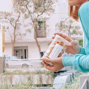 Let me introduce you to @kedai_uncommon Berangkat dari ide sederhana yang bertujuan untuk memberikan dukungan kepada para pelaku usaha UMKM dalam bidang F&B yg tersebar di beberapa kota , terbentuklah @kedai_uncommon Di sana kamu bisa menemukan beberapa currated produk F&B yang bisa dibeli.Salah satunya Pastry Almond Cookies yang sedang saya pegang ini.Teksturnya yang crunchy dan ringan, manis yang pas dan bikin #lupadiet 😂😂 Sungguh godaan di masa ingin mengecilkan lingkar pinggang akibat dari kelamaan #WorkFromHome ini 🙃Btw di @kedai_uncommon ada banyak makanan lainnya yg terlihat enak juga, jajanin aku donk! 🥺🥺#Happytummy#almond #almondcookies #jakartasnack #ClozetteId#salingbantu #lindaleenk